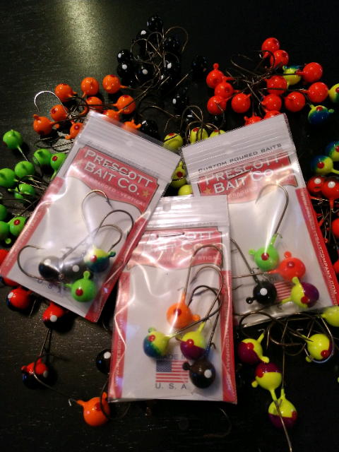 Round jig head 4 packs. Round headed jigs with wire keeper. Round heads come in 2 sizes 3/16 and 1/4 oz. These jigs are perfect for our Flukes!